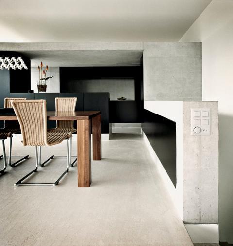 Als u aan een betonvloer in uw woning denkt, is het eerste dat u te binnen schiet een magazijn of een soort industriële setting. Betonvloeren zijn echter een zeer populaire keuze geworden als vloer in woonhuizen.
